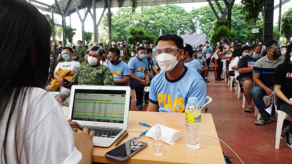 Tagalog Photos: Mahigit 2k Taal first responder, evacuee, binakunahan kontra COVID-19